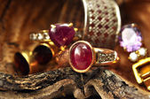 Gold ring with pink pebble — Stockfoto