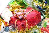 Bright christmas composition with christmas tree and gifts — ストック写真