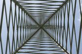 Hochspannung strom pilon oder mast bottom-up aus dem center — Stockfoto