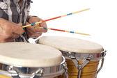 Mężczyzna gra bongo z kijami — Zdjęcie stockowe