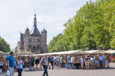 "The Deventer book market in the Netherlands on august 3, 2014. ""The Brink"" plaza crowded with people with the famous and historic building ""the Waag"" in the background. — Stock Photo"