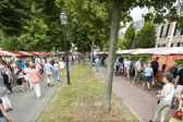 The Deventer book market in the Netherlands on august 3, 2014. The crowded promenade with people scouring the book stalls. — Stock Photo