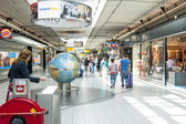 People shopping at Schiphol plaza — Stock Photo