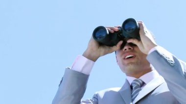 Young businessman looking through binoculars — Stock Video