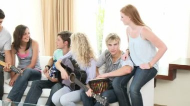 Adolescenti a suonare la chitarra a casa — Video Stock