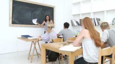 Adolescenti che studiano in high school — Video Stock
