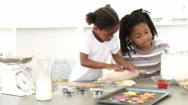 Afro-American brother and sister baking — Stock Video