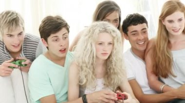 Panorama nastolatków, grając w gry wideo w salonie — Wideo stockowe