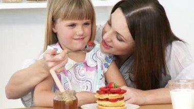 Close-up of moher y su hija comiendo en la cocina — Vídeo de stock