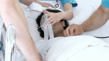 Medical emergency. Doctors reviving a patient in hospital — Stock Video