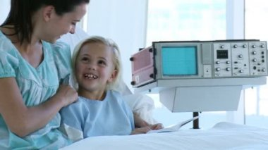Little girl recovering in hospital talking to her mother — Stock Video