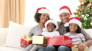 Afro-American family with Christmas gifts on the sofa — Stock Video
