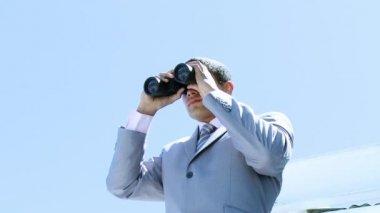 Alto ángulo del empresario mirando a través de binoculares — Vídeo de Stock