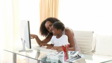 Afro-American mother and daugter using a computer — Vídeo de Stock