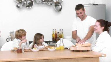 年轻的家庭在家里吃早餐 — 图库视频影像