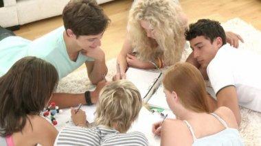 группа подростков изучать — Стоковое видео