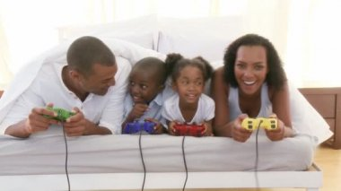 Afro-American family playing video games in the bedroom — Stock Video