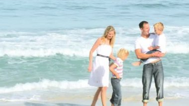 Footage in high definition of family walking in the sea — Stok video