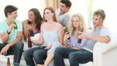 Tonåringar dricker öl hemma — Stockvideo