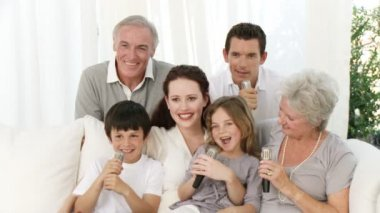 Familia cantar karaoke en casa — Vídeo de stock