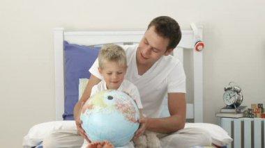 Otec a syn, při pohledu na zemského povrchu — Stock video