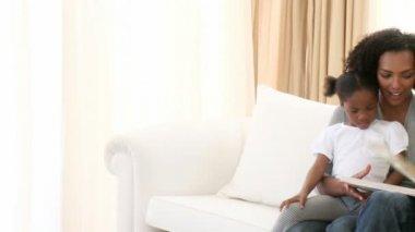Famiglia afro-americana, leggendo un libro in soggiorno — Video Stock