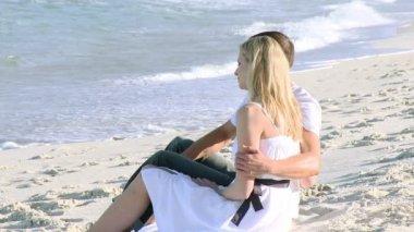 Homem e mulher relaxante na praia — Vídeo stock