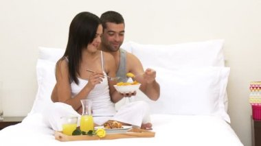 Couple having nutritious breakfast in bed — Stock Video