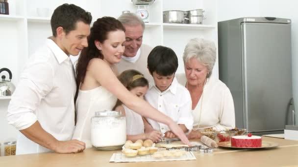 Familia de la hornada en la cocina — Vídeo de stock