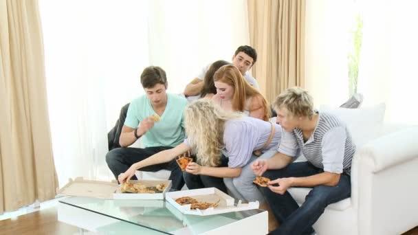 Panorama de los adolescentes comiendo pizza en casa — Vídeo de stock