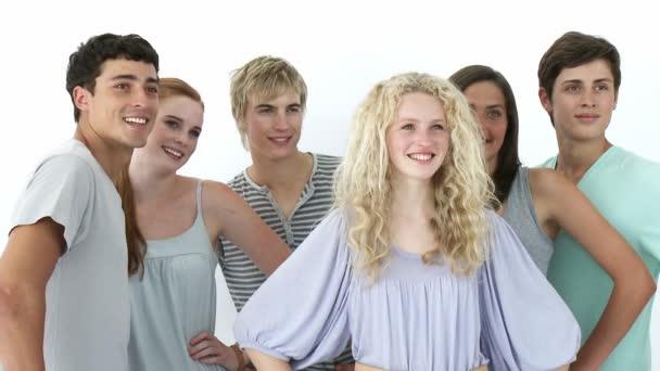 Grupo de adolescentes frente a la cámara — Vídeo de stock