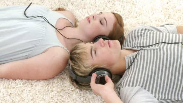 Pareja adolescente escuchando música — Vídeo de stock