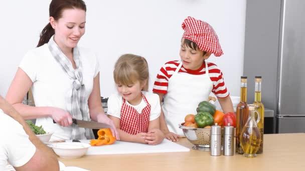 Familia preparando la comida en la cocina — Vídeo de stock