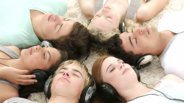 Grupo de adolescentes escuchando música — Vídeo de stock