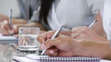 Närbild av händerna anteckning ner anteckningar på en konferens — Stockvideo