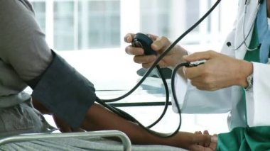 A doctor checking a patient's blood pressure — Stock Video
