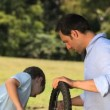 Father and son fixing a bicycle — Vídeo de stock
