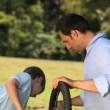 pai e filho, uma bicicleta de fixação — Vídeo Stock