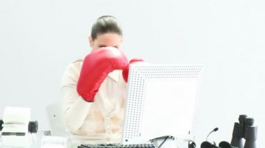 Confident businesswoman wearing boxing gloves — Vídeo de stock