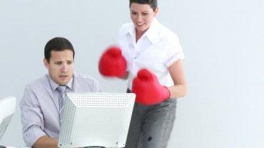 Competitiva empresaria golpeando su colega — Vídeo de stock