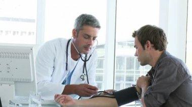 男性の医師が患者を調べる — ストックビデオ