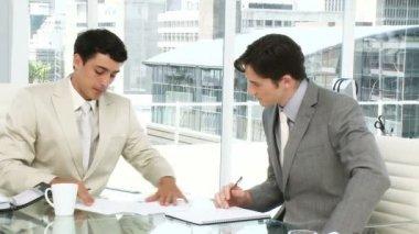 Dwóch mężczyzn kierownictwo po spotkaniu — Wideo stockowe