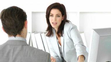 Ernstige zakenman met een interview met een manager — Stockvideo