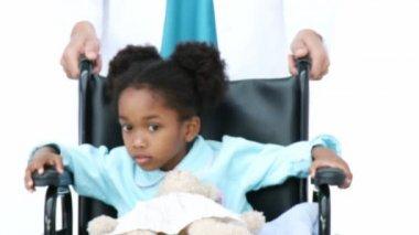 Retrato de niña étnica sentado en silla de ruedas — Vídeo de stock