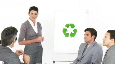 Female executive presenting the concept of recycling — Stock Video