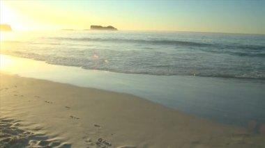 高齢者の男、日没時に歩いて — ストックビデオ