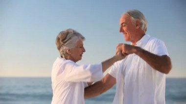 Mulher idosa, dançando com o marido — Vídeo stock