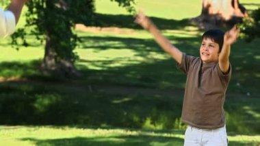 Pai brincando com seu filho com uma bola de futebol — Vídeo stock
