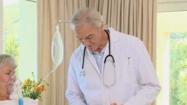 Arts nemen de pols van zijn patiënt — Stockvideo