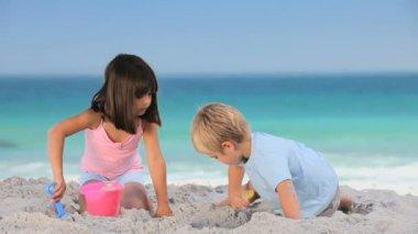 Children building a sand castle — Stock Video